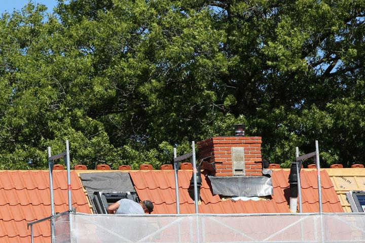 Ook de vleermuizen hebben een nieuwe behuizing gekregen (vleermuiskast op de schoorsteen). Schoorstenen zijn opgeknapt en voorzien van nieuw lood.