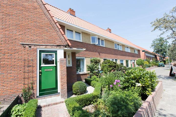 De woningen hebben een nieuwe, inbraakveilige houten voordeur gekregen. De deur is geschilderd in twee kleuren groen, conform de typerende Dudok stijl.