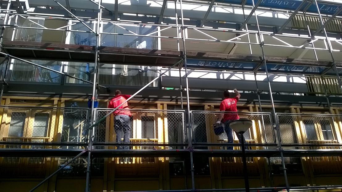 Schilderen van de houten kozijnen op de balkons. Plaatsen nieuwe draairamen en deuren