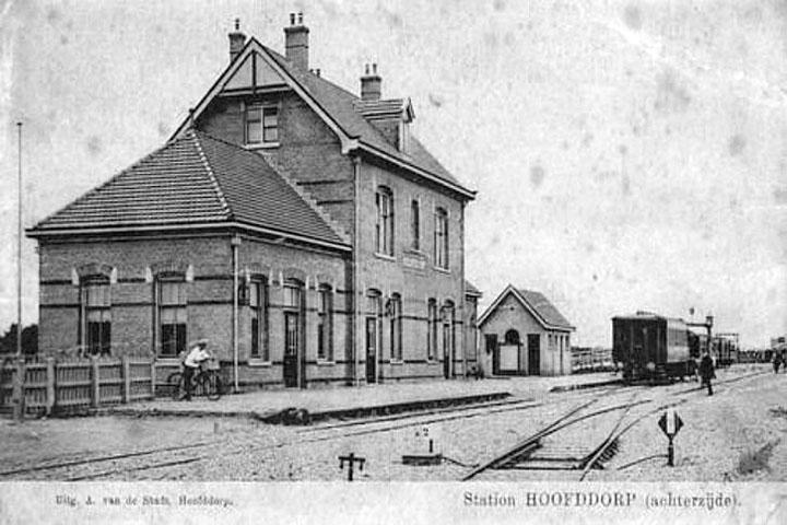 Archieffoto van het stationsgebouw rond 1912. De Spoorlijn Hoofddorp – Leiden Heerensingel werd geopend op 3 augustus 1912 en gesloten op 31 december 1935. De spoorlijn was onderdeel van de Haarlemmermeerspoorlijnen.