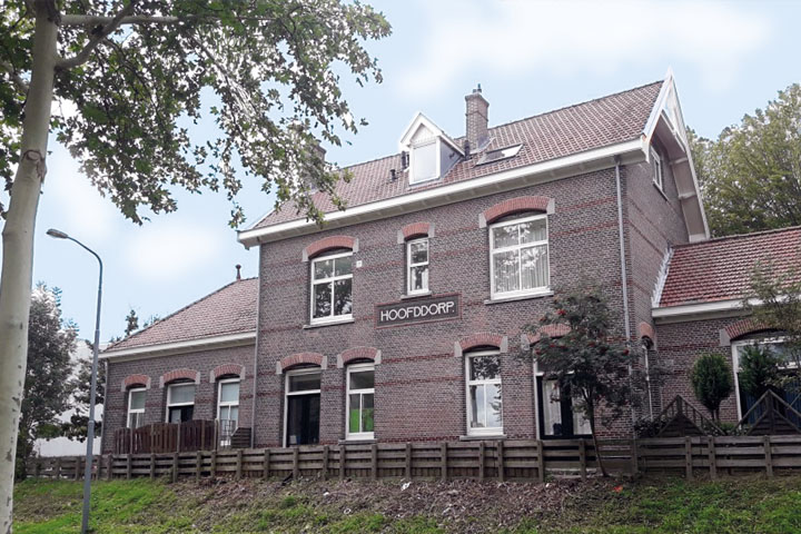 Het onderhoudsproject voor het stationsgebouw in Hoofddorp heeft het complex weer in de oude, stijlvolle staat teruggebracht. Werkzaamheden zijn onder andere: 100% houtrotherstel en voegwerkherstel, reinigen van de kozijnen en reinigen van de gevel.