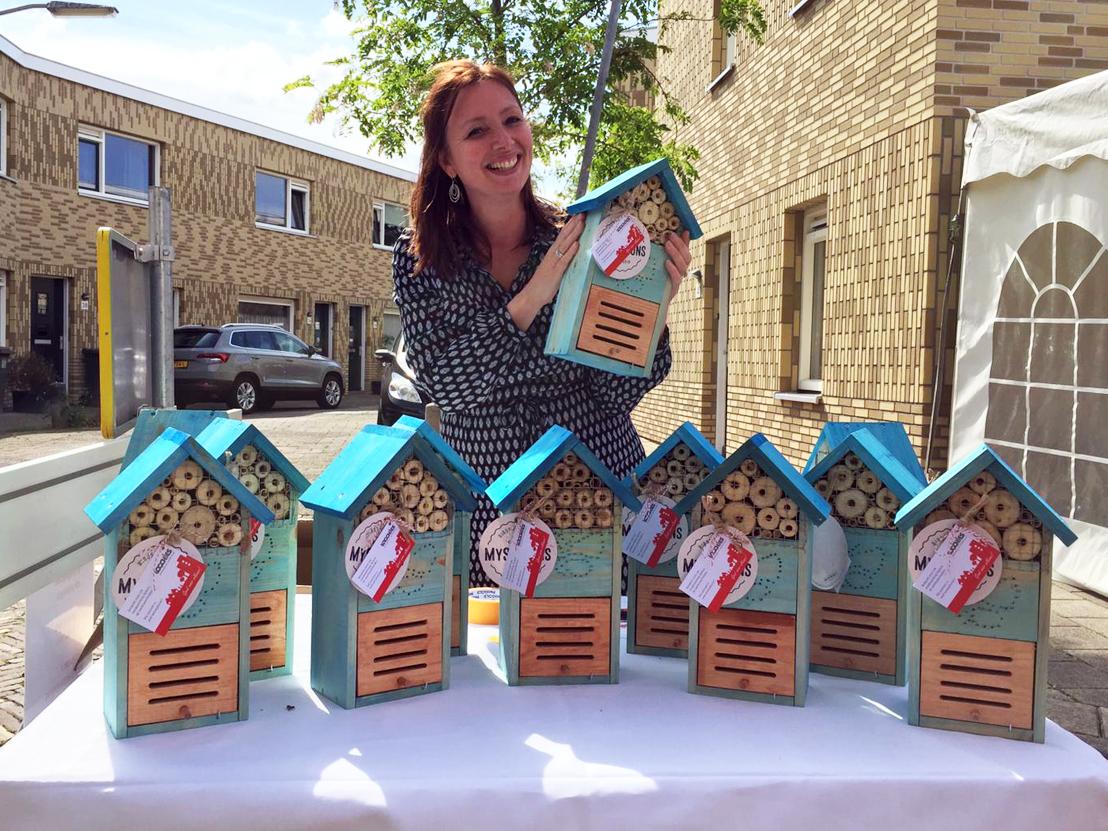 Bewoners krijgen een 'huisje voor een huisje' tijdens het opleverfeest dat onze bewonersbegeleider samen met Elan Wonen organiseerde.