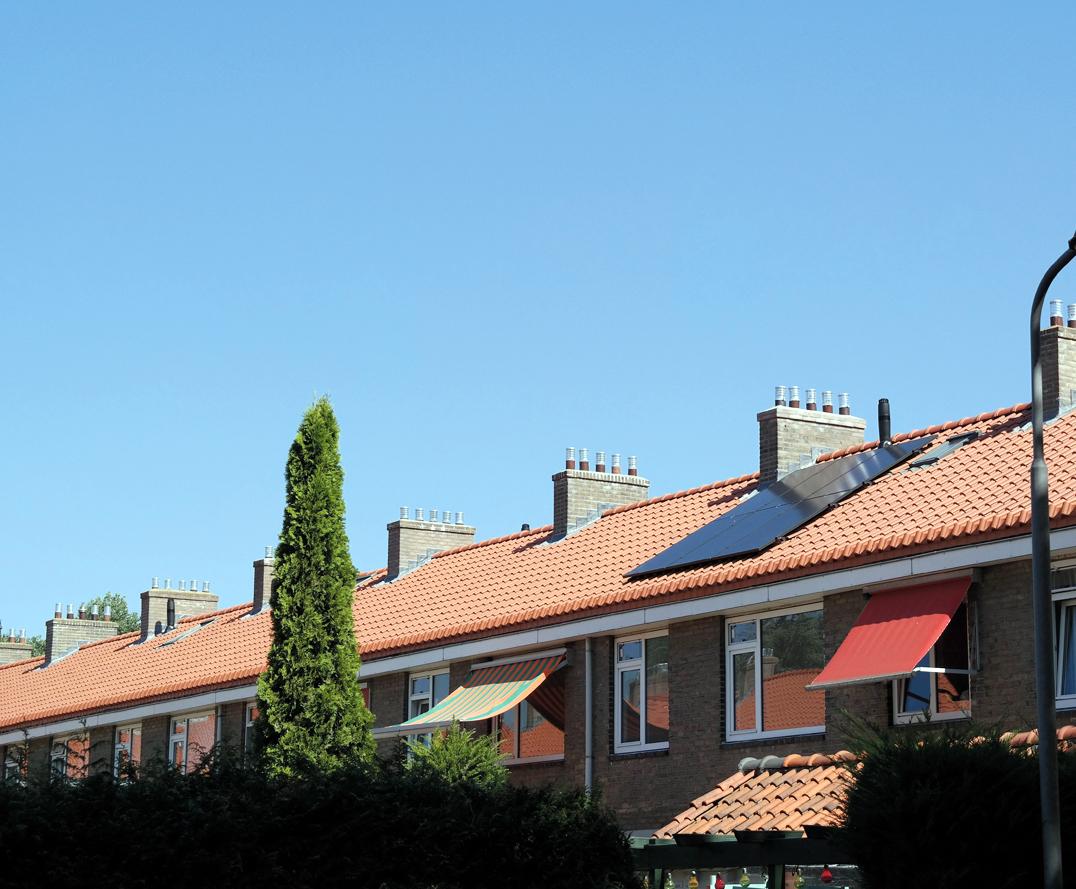 Foto: Willem Kruijshaarstraat | Wanneer bewoners interesse hebben in zonnepanelen dan laat Rochdale zes zonnepanelen op het dak leggen. De opbrengst is voldoende voor het (gemiddelde) energieverbruik.