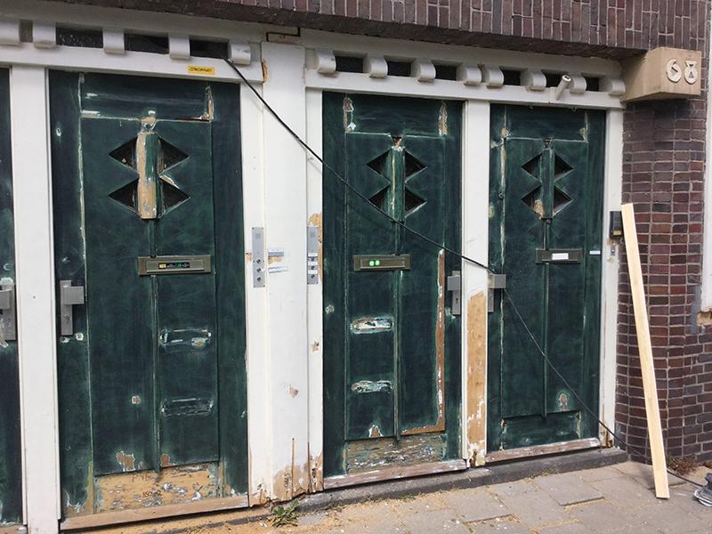 De houten onderdelen zijn voorzien van een 200% of 300% verfsysteem waar nodig. Tevens worden alle onderdelen zoals beton of hout aangepakt en in ere hersteld, waarbij de échte Amsterdamse deuren en huisnummers ook in authentieke stijl zijn hersteld.