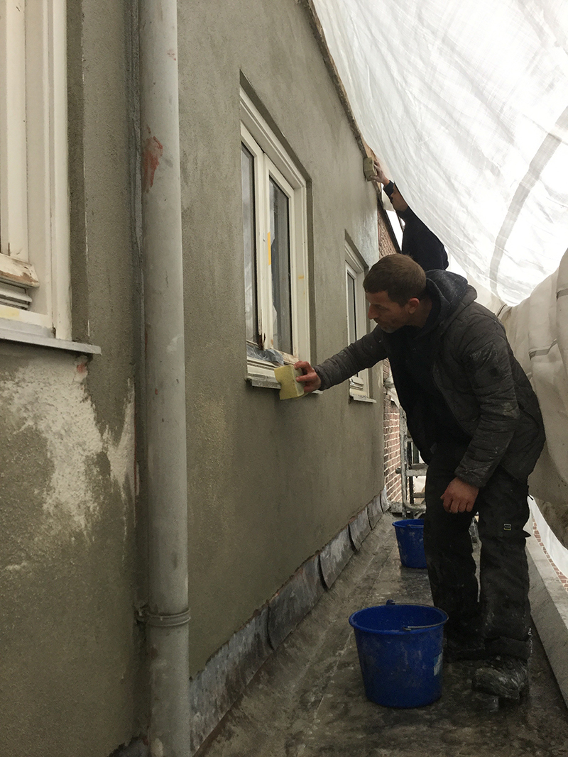 De gevels die voorzien zijn van een stuclaag zijn compleet hersteld en voorzien van een dampdoorlatende coating.