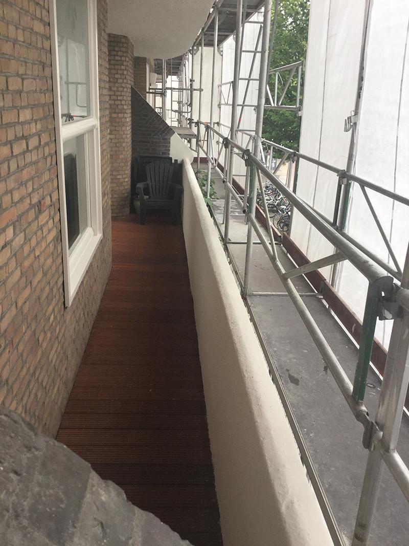 De houten balkonvloeren die dermate slecht waren zijn vervangen voor duurzame Bankirai vloeren.