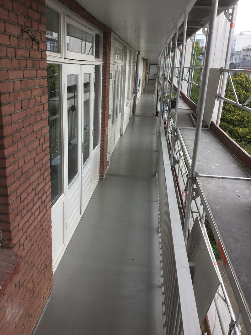 In de loop der jaren zijn een aantal gebouwen verzakt waardoor regenwater niet meer goed kon weglopen. Het afwateringssysteem is aangepakt en de oude balkonvloeren zijn opnieuw behandeld, waarbij de betonnen vloeren zijn voorzien van een nieuwe coating.