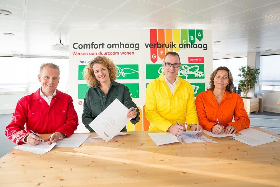 Als startsein van het grootste duurzaamheidsproject van Rochdale werd de ketensamenwerkings- overeenkomst 'werken aan duurzaam wonen' op ludieke wijze ondertekend met isolatiemateriaal door Rochdale en de co-makers.