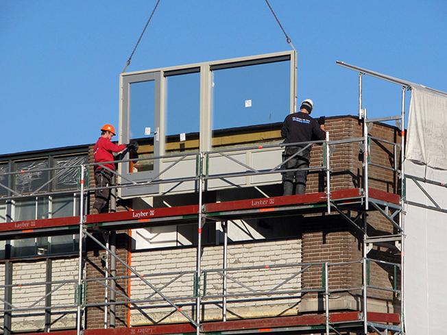 Renoveren houten kozijnen op de balkons, aanbrengen 'verhuisraam' en verwijderen hijsbalken